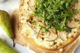 Foto van Flammkuchen met peer, roquefort en hazelnoten