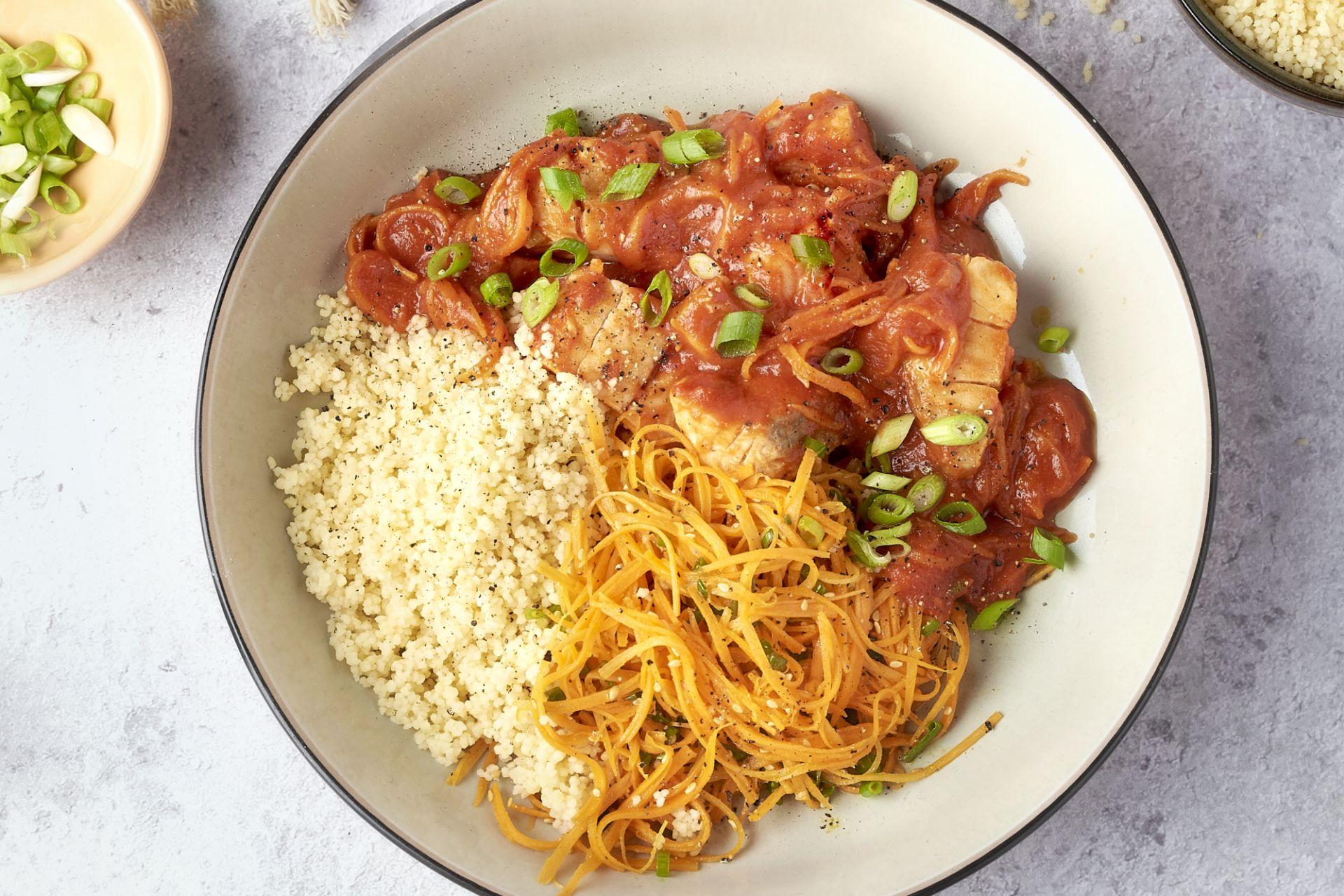Snelle vistajine met couscous en wortelsalade