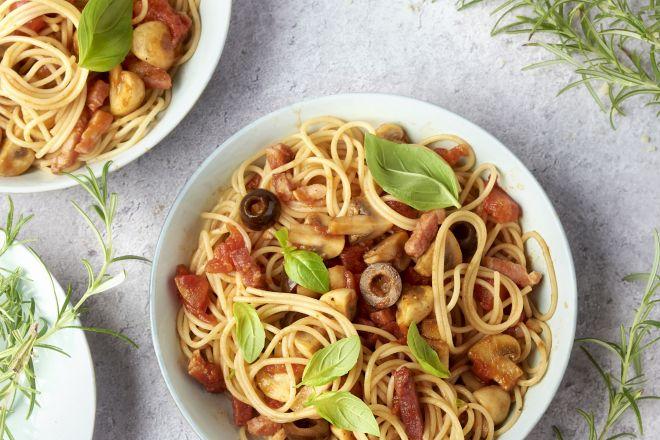 Spaghetti cacciatore met gerookt spek, olijven en champignons