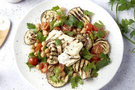 Foto van Gegrilde halloumi en aubergine met kikkererwten en yoghurtdressing