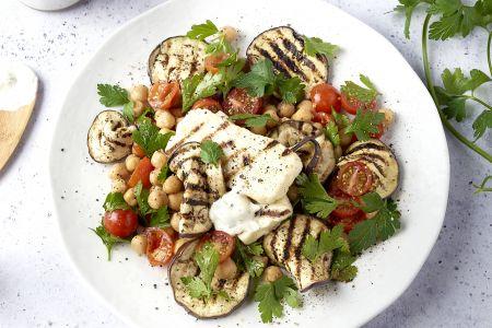 Gegrilde halloumi en aubergine met kikkererwten en yoghurtdressing