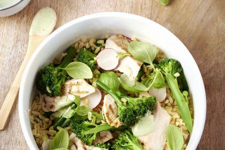 Graantjessalade met broccolini en gegrilde kip