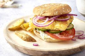 Foto van Fetaburger met frisse groentjes en aardappelwedges
