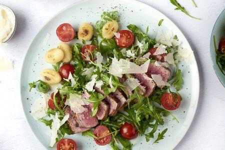 Tagliata met tomaat, rucola en gnocchi