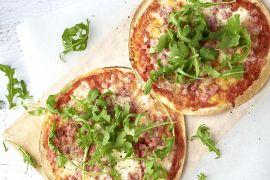 Foto van Tortizza met tomaat, mozzarella en ham