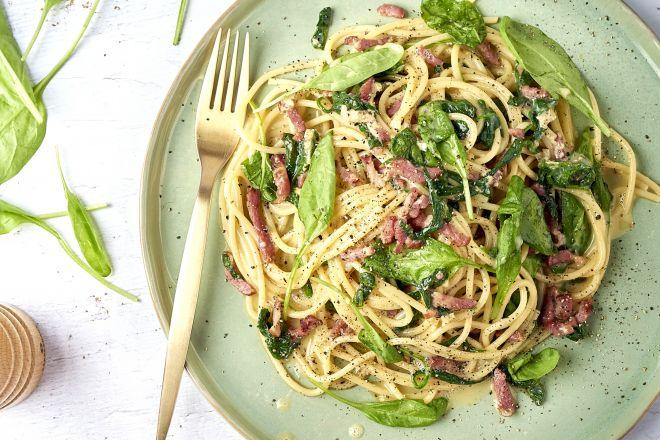 Spaghetti carbonara met spekjes en spinazie