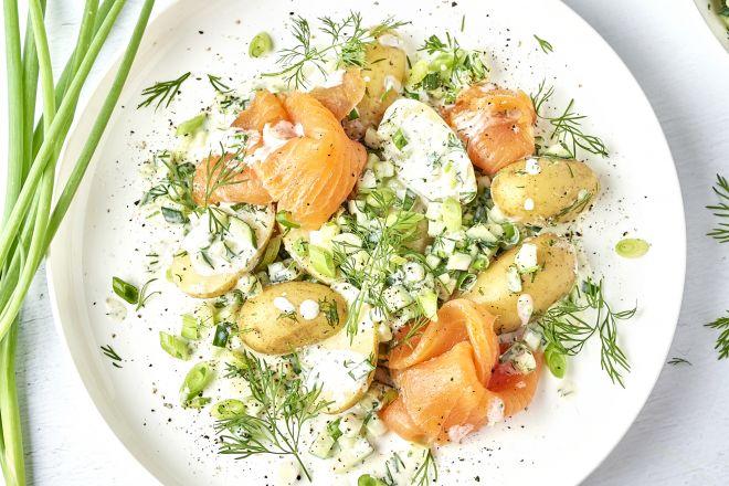 Frisse salade met gerookte zalm en krieltjes