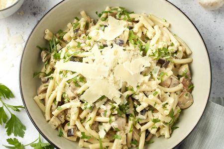 Macaroni met aubergine en champignons