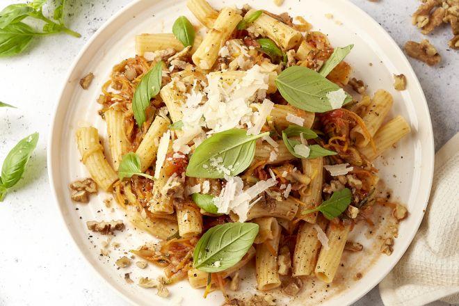 Pasta met verborgen groenten, walnoot en parmezaan