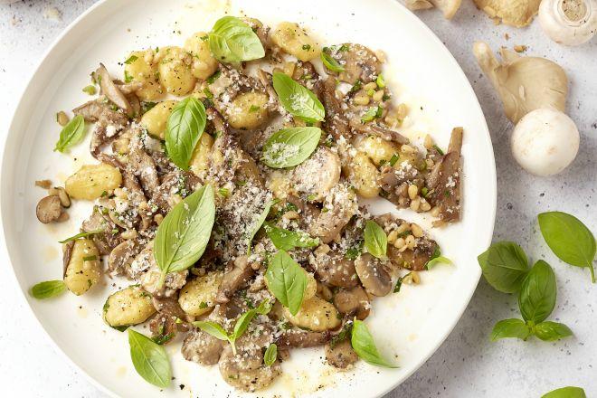 Gebakken gnocchi met paddenstoelen, basilicum en parmezaan