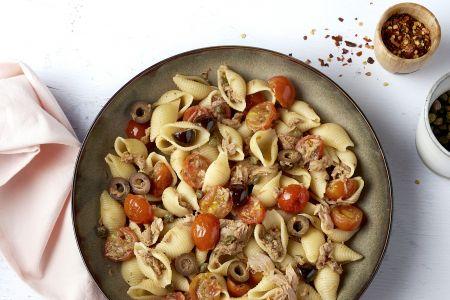 Siciliaanse pasta met tonijn, kappertjes en tomaat