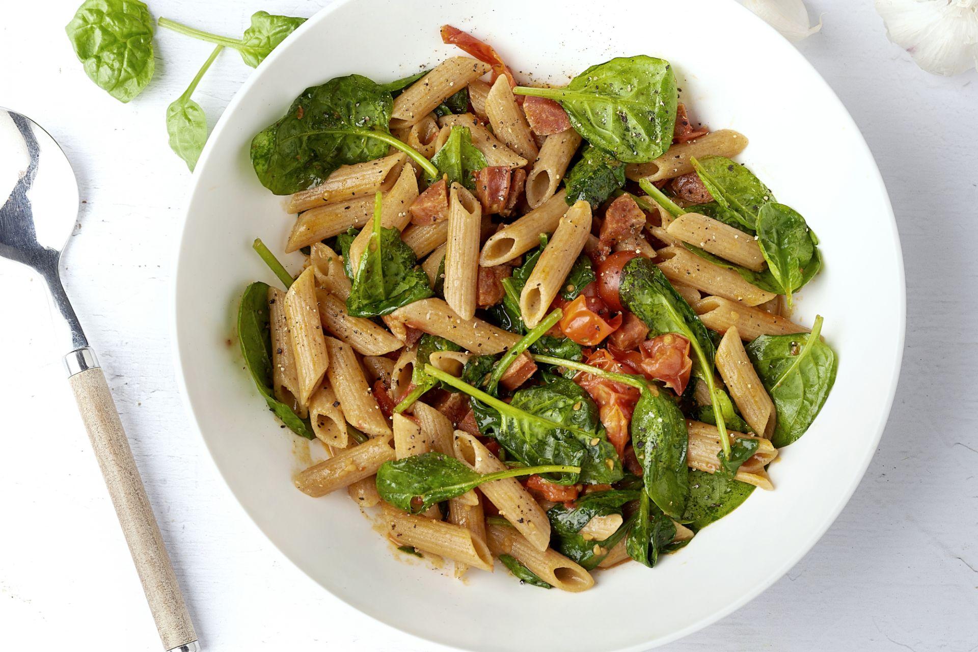 One pot pasta met chorizo, kerstomaatjes en spinazie