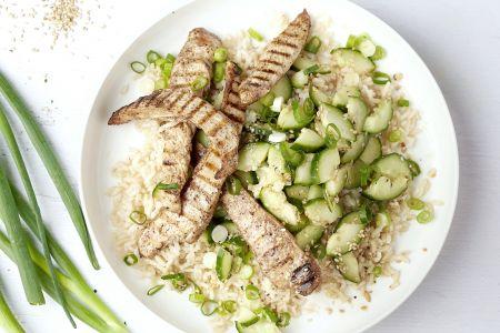 Gegrilde vijfkruiden kip met gemarineerde komkommer en bruine rijst