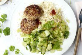 Foto van Sesam-kippenburgertjes met komkommersalade en eiernoedels