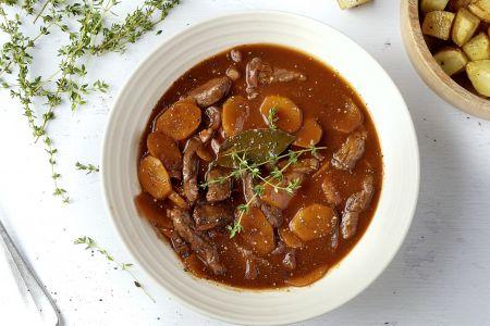 Runderreepjes met Bourguignonsaus en geroosterde aardappelen