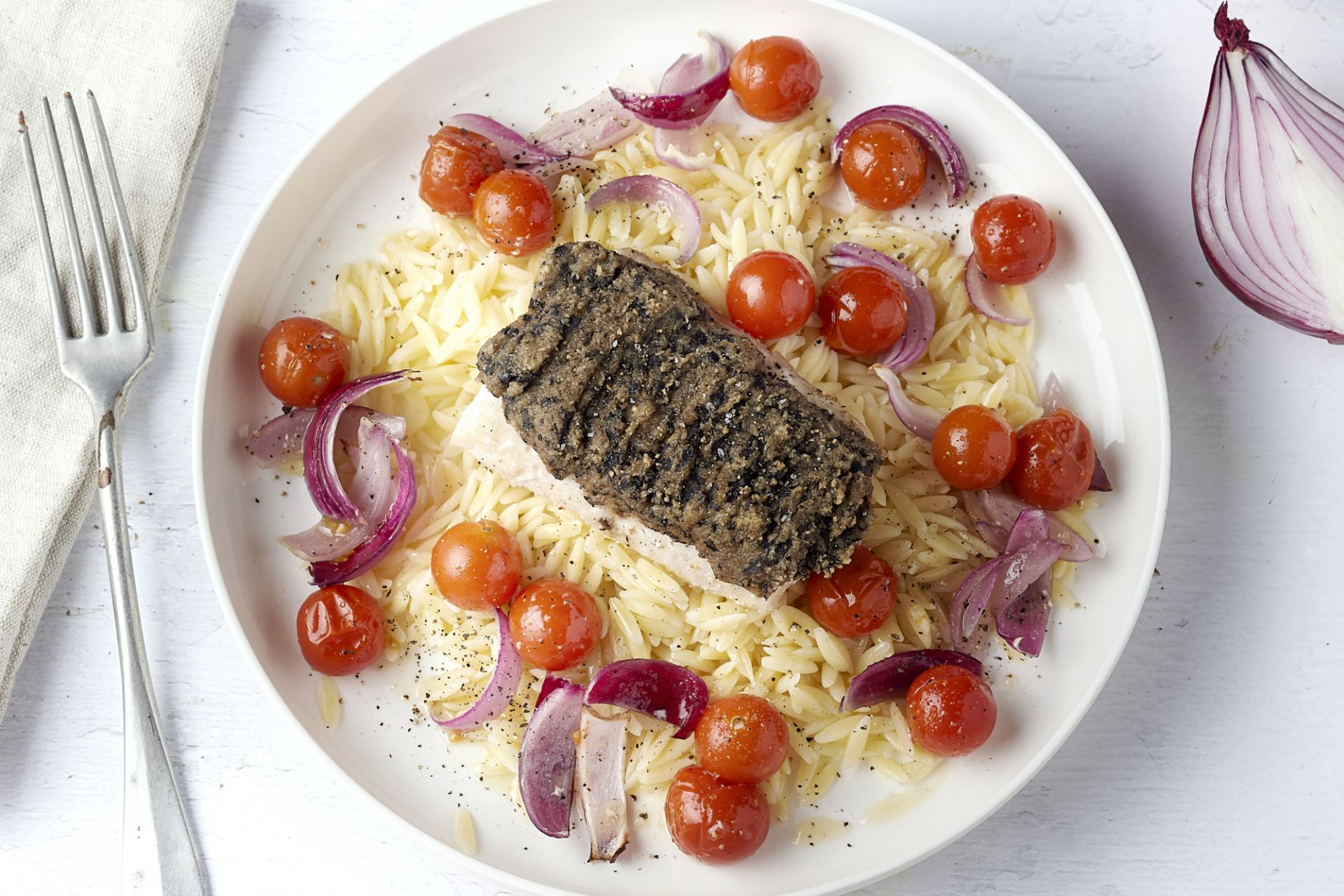 Vis met olijvenkorstje en kerstomaatjes uit de oven