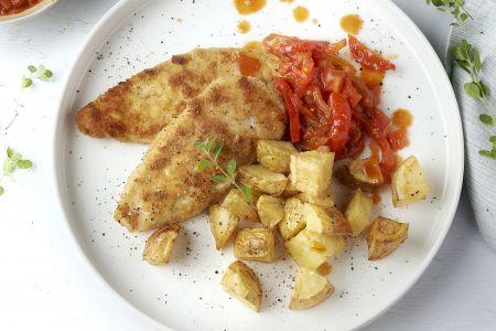 Kipschnitzels met tomaat-paprikasaus en geroosterde aardappelen