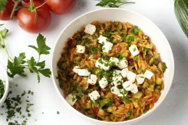 Foto van Griekse risotto van orzo met tomaat en feta