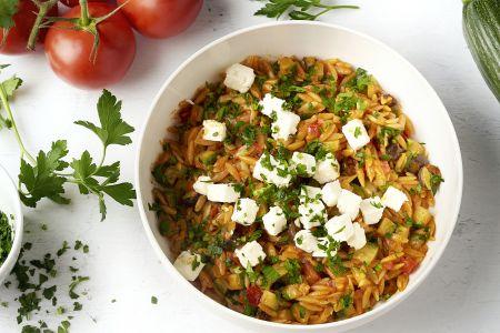 Griekse risotto van orzo met courgette, tomaat en feta