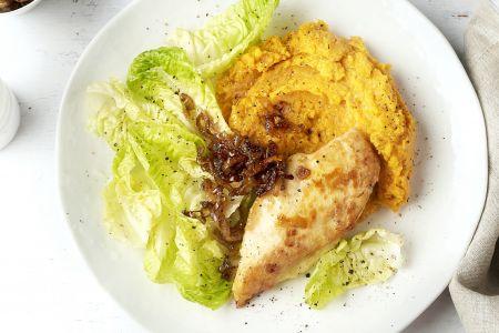 Gebakken kipfilet met zoete aardappelpuree en balsamico-uitjes
