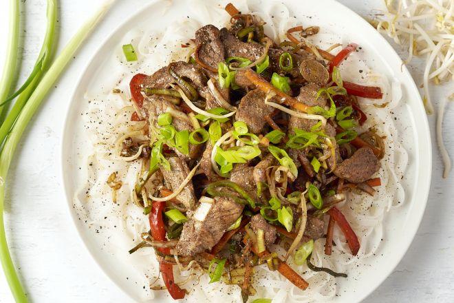 Wok met kleverig varkensvlees en noedels