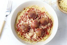 Foto van Krokante parmezaan-kippenballetjes in tomatensaus met linguine