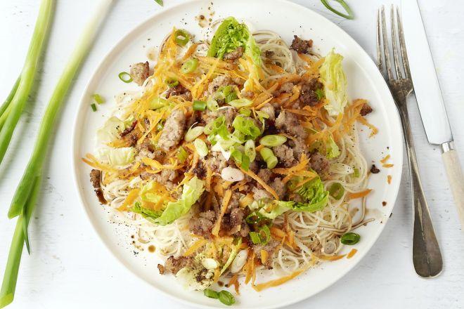 Krokant gebakken kruidig gehakt met noedels en salade