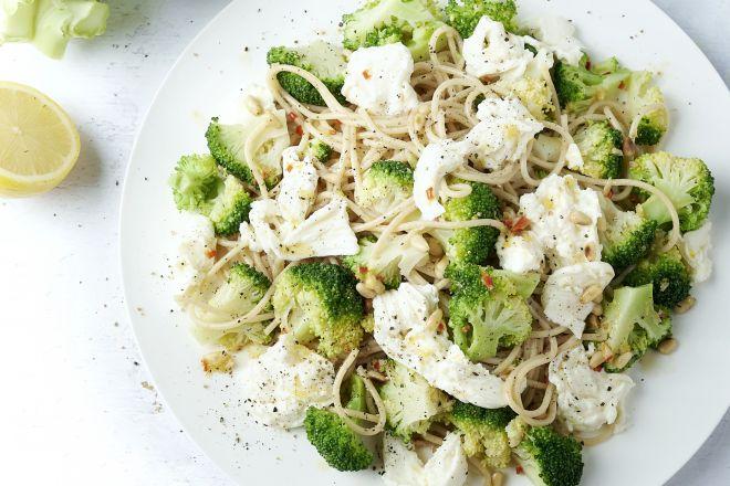 Volkoren spaghetti met broccoli, chili, citroen en mozzarella