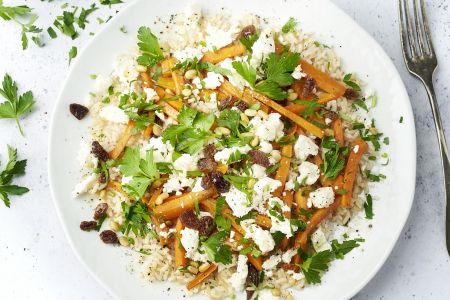 Honing geroosterde wortelen met feta, pijnboompitten en bruine rijst