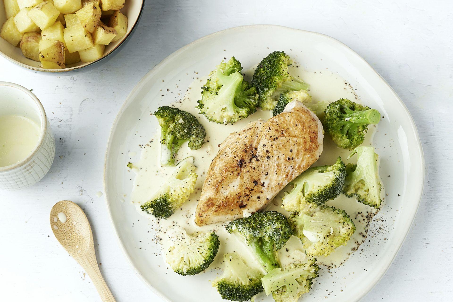 Kip met broccoli in een romige saus met geroosterde aardappelen