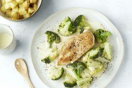Foto van Kip met broccoli in een romige saus met geroosterde aardappelen