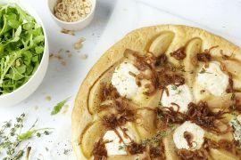 Foto van Hartige taart met gekaramelliseerde ui, peer en geitenkaas