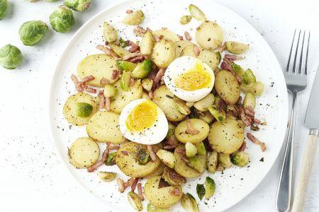 Pannetje met spekjes, spruiten en aardappelen