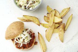 Foto van Sloppy Joe's met coleslaw en aardappelwedges