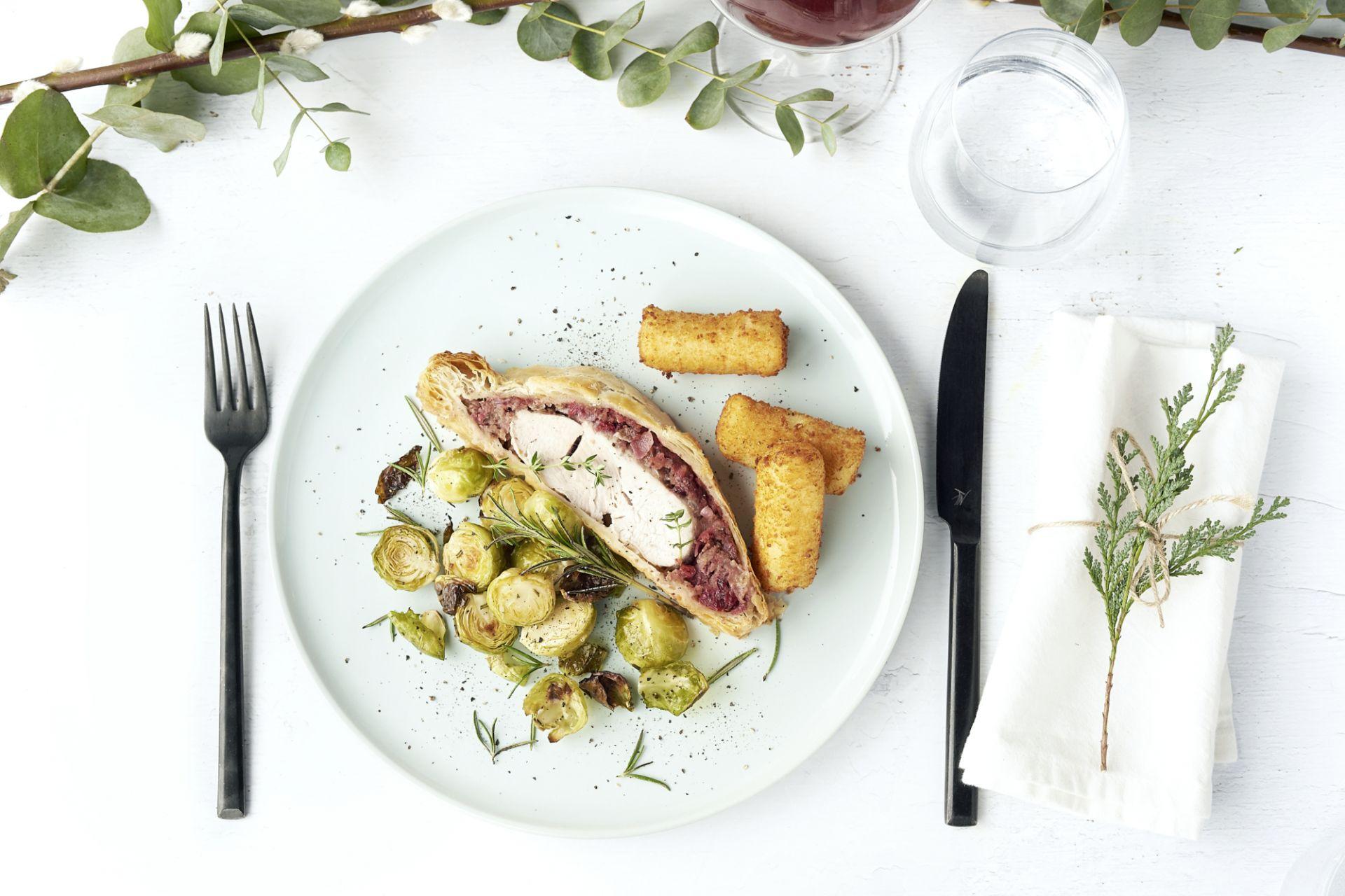 Kalkoen Wellington met veenbessen, gewokte spruitjes en kroketten