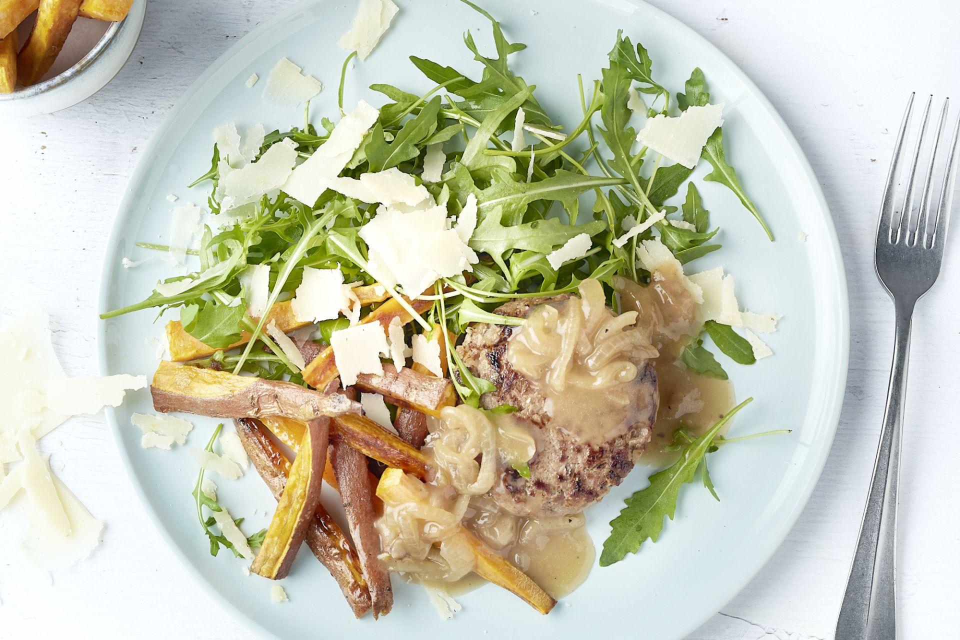 Hamburger met zoete aardappelfrieten en uiensaus