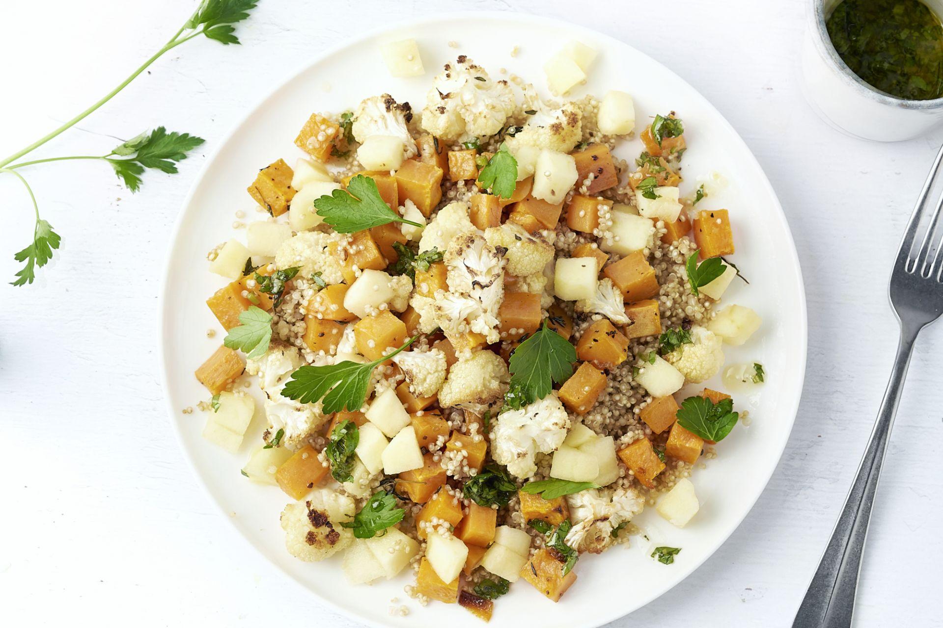 Warme quinoasalade met zoete aardappel en bloemkool