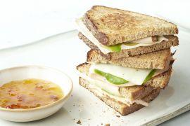 Foto van Croque met kip, avocado en geitenkaas