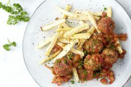 Foto van Kippenballetjes in tomatensaus met pastinaakfrietjes
