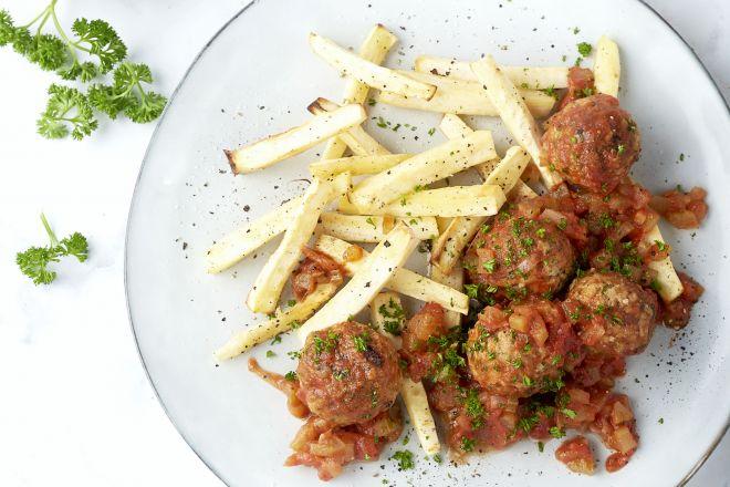Kippenballetjes in tomatensaus met pastinaakfrietjes