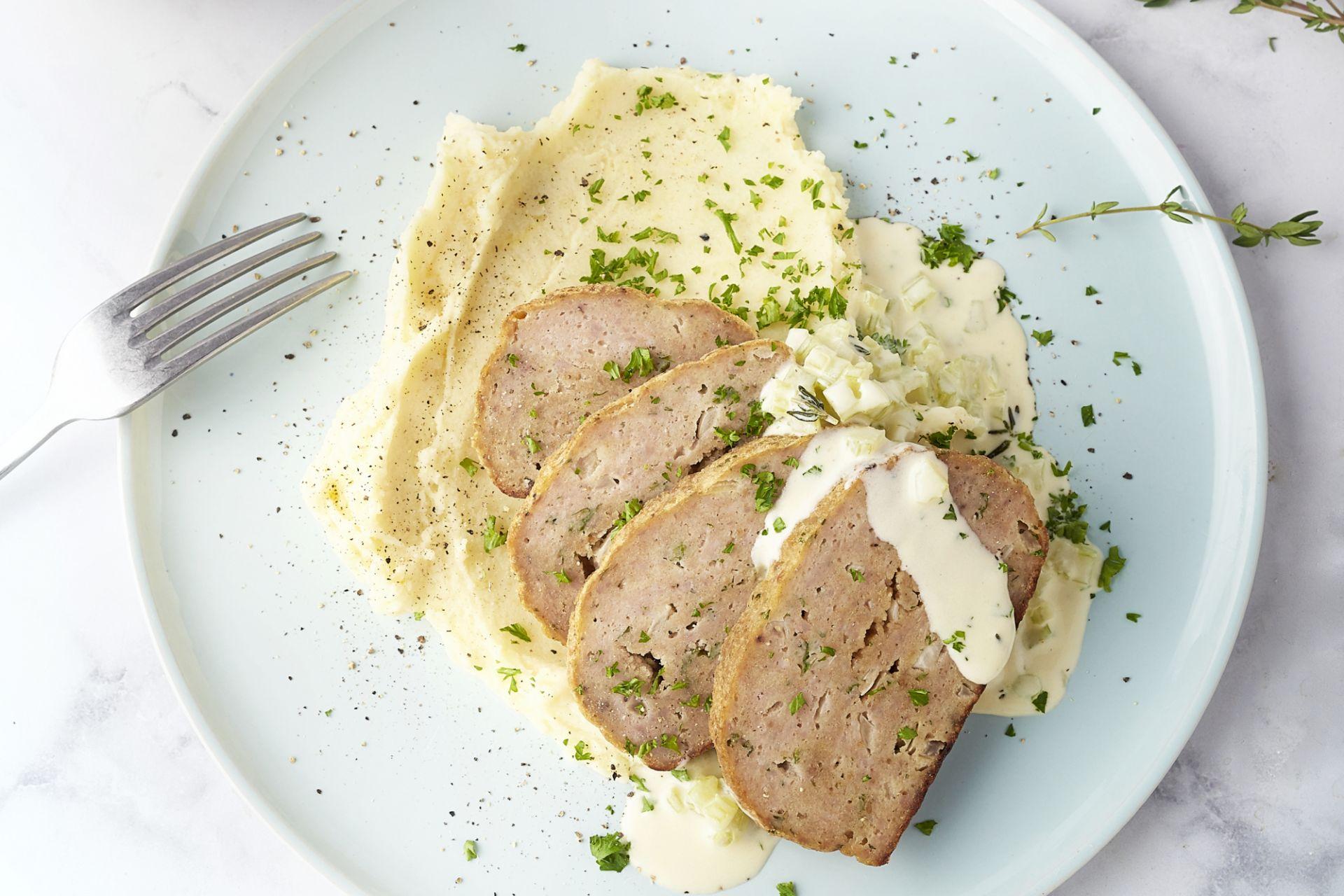 Gehaktbroodje met seldersaus en aardappelpuree