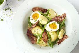 Foto van Boontjes in zoetemelksaus met eitjes en spek