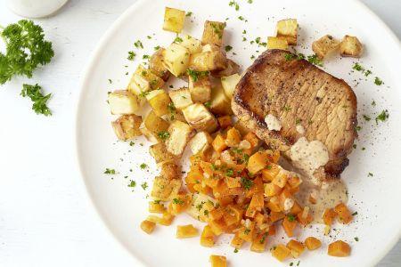 Varkenslapje met worteltjes, mosterdsaus en geroosterde aardappelen