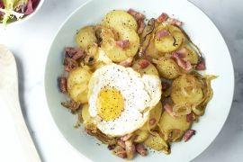 Foto van Spekpatatjes met een eitje en salade