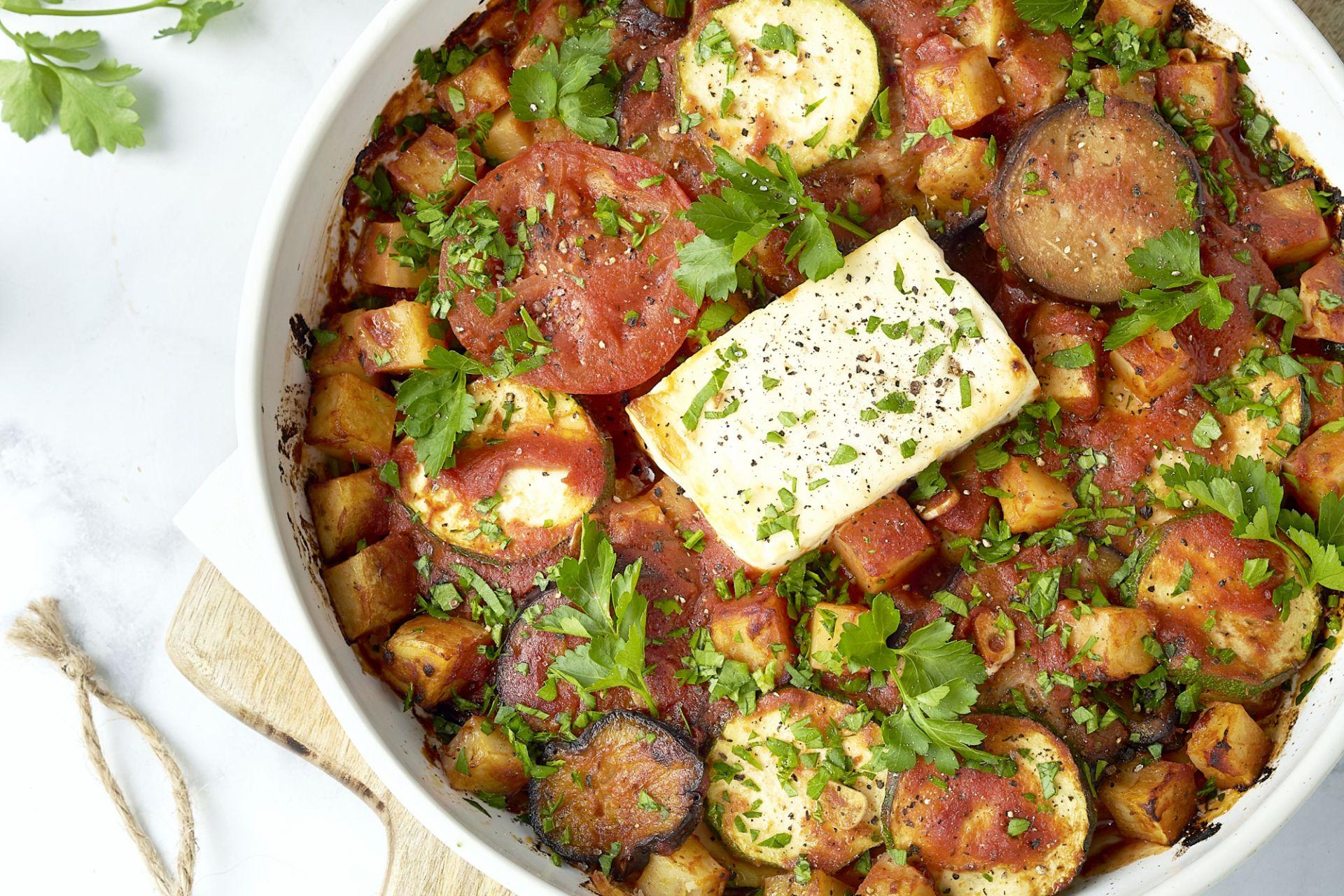 Griekse ovenschotel (Briam) met gebakken feta
