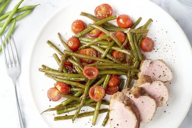 Varkenshaas met knoflookboontjes en balsamico-tomaten