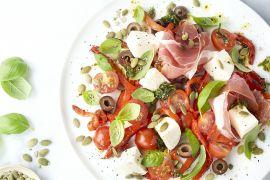 Foto van Italiaanse antipasti salade