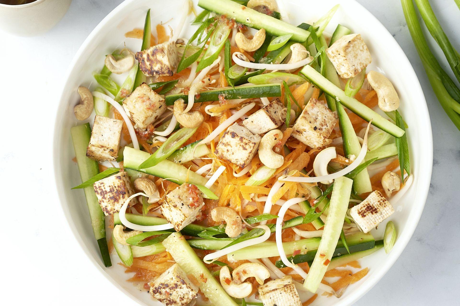 Krokante tofu met Aziatische salade en geroosterde cashews