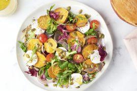 Foto van Geroosterde zoete aardappelsalade met geitenkaas en honing-mosterddressing