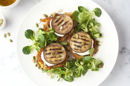 Torentjes van wortelkoekjes, gegrilde aubergine en mozzarella